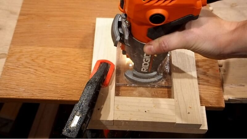 Making keyhole with plunge router