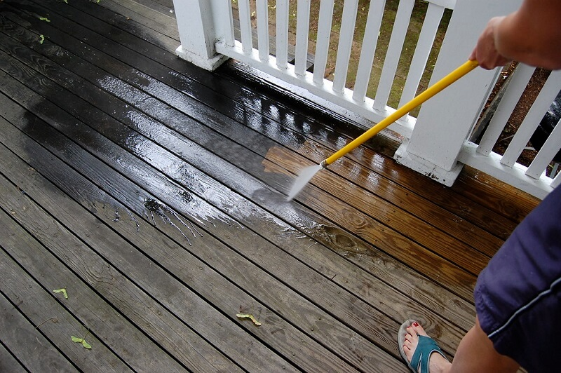 Using the lowest-level pressure washer to clean your wooden deck